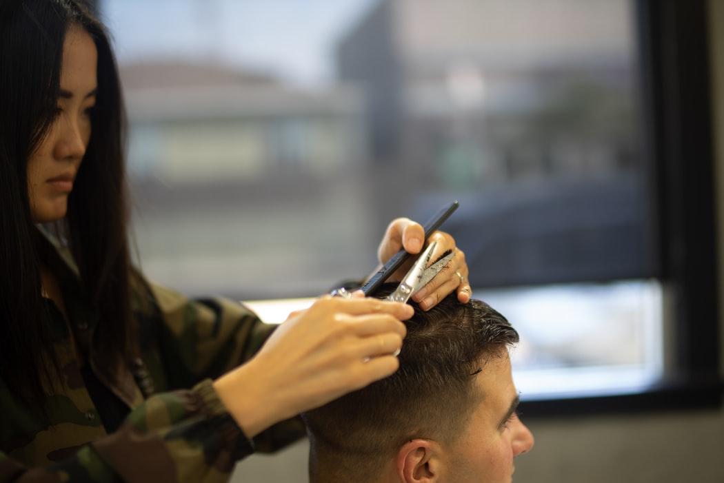 woman cutting man hair